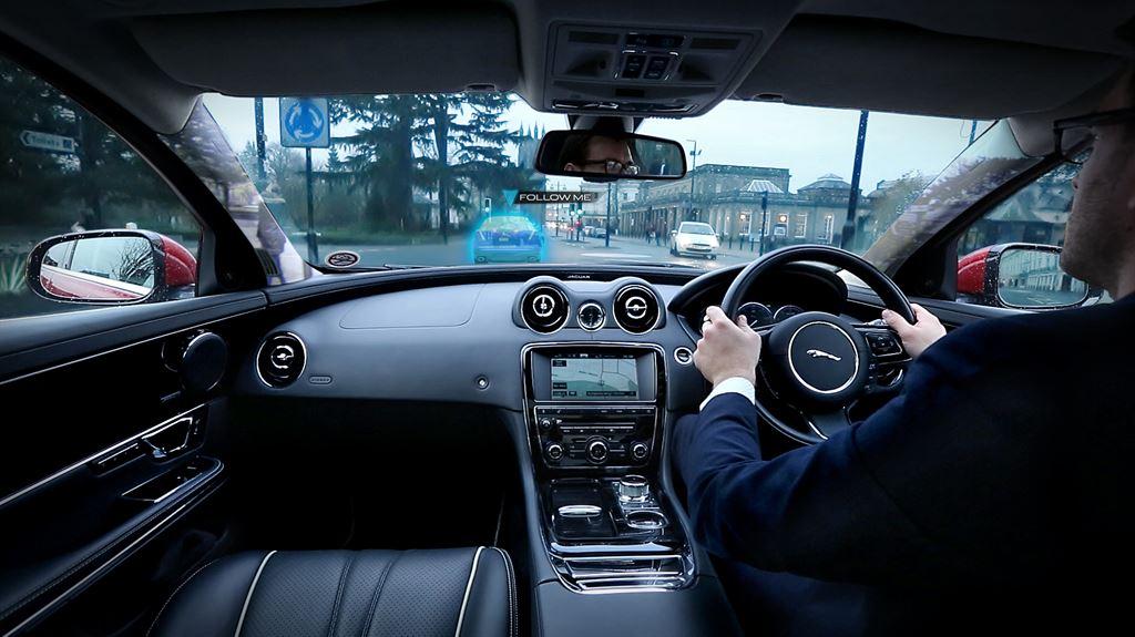 jaguar-landrover-transparente-fahrzeugsaeulen-und-ghost-car